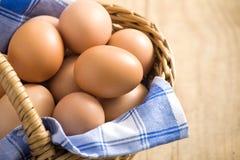 Huevo de Pascua en una cesta Fotos de archivo