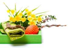 Huevo de Pascua en una cesta Imagen de archivo