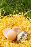 Huevo de Pascua en una hierba Foto de archivo