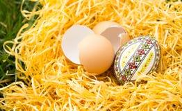 Huevo de Pascua en una hierba Imagenes de archivo