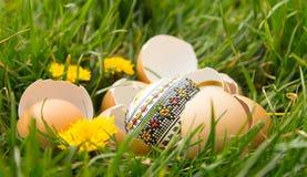 Huevo de Pascua en una hierba Fotos de archivo