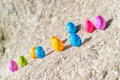Huevo de Pascua en una piedra Fotos de archivo