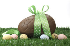 Huevo de Pascua grande feliz del chocolate de Pascua del tema verde Imagenes de archivo