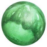 Huevo de Pascua Kelly Green teñido y adornado con la opinión superior de las impresiones de las hojas aislada en el fondo blanco Imagenes de archivo