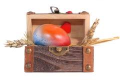Huevo de Pascua multicolor en el rectángulo de regalo de madera Fotografía de archivo libre de regalías