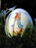 Huevo de Pascua ocultado en la hierba Imágenes de archivo libres de regalías