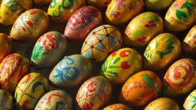 Huevo de Pascua pintado colorido hecho de la madera imágenes de archivo libres de regalías
