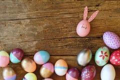 Huevo de Pascua pintado en cara del conejito con el oído largo y del doblez, concepto del día de fiesta de Pascua, huevos de lujo fotos de archivo libres de regalías