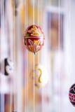 Huevo de Pascua pintado en estilo popular Foto de archivo