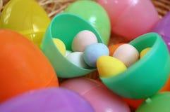 Huevo de Pascua plástico con el chocolate dentro imagenes de archivo