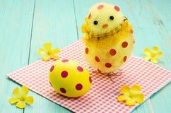 Huevo de Pascua, polluelo con los lunares rojos Fotos de archivo
