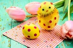 Huevo de Pascua, polluelo con los lunares rojos Fotografía de archivo
