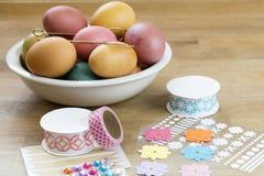 Huevo de Pascua que adorna las herramientas Foto de archivo