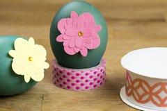 Huevo de Pascua que adorna las herramientas Foto de archivo libre de regalías