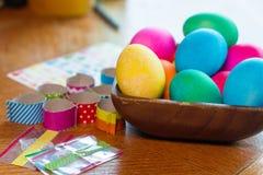 Huevo de Pascua que colorea un adornamiento para los huevos y las decoraciones de las vacaciones Fotografía de archivo