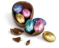 Huevo de Pascua quebrado del chocolate con los caramelos coloridos foto de archivo libre de regalías