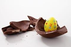 Huevo de Pascua quebrado en pedazos fotografía de archivo