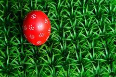 Huevo de Pascua rojo fotos de archivo