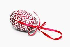 Huevo de Pascua rojo con el arqueamiento Imagen de archivo