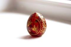 Huevo de Pascua rojo con un modelo del pájaro Imagen de archivo libre de regalías