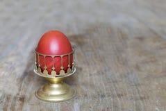 Huevo de Pascua rojo en fondo de madera con el espacio de la copia Imagen de archivo