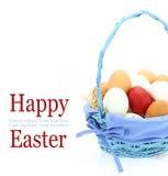 Huevo de Pascua rojo en la cesta Fotografía de archivo