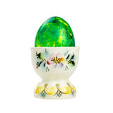 Huevo de Pascua verde en un tenedor de la porcelana aislado en el fondo blanco Fotos de archivo libres de regalías
