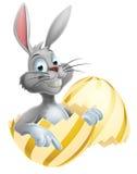 Huevo de Pascua y conejito blanco Imagenes de archivo