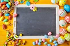 Huevo de Pascua y fondo coloridos de la pizarra Fotos de archivo libres de regalías