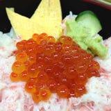 Huevo del camarón del ikura y cuenco frescos del cangrejo Foto de archivo libre de regalías