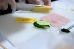 huevo del corte del cocinero para hacer los tallarines fríos enfriados de los somen Comida japonesa imagen de archivo