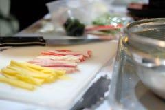 huevo del corte del cocinero para hacer los tallarines fríos enfriados de los somen Comida japonesa fotos de archivo libres de regalías