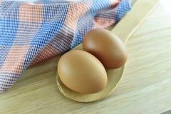 Huevo dos en cuchara de madera en fondo de madera Imagen de archivo