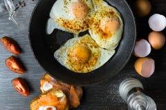 Huevo en cacerola con los salmones y la cebolla Imágenes de archivo libres de regalías