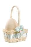 Huevo en colores pastel en la cesta de Pascua Fotografía de archivo libre de regalías