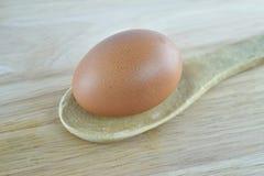 Huevo en cuchara de madera Imagenes de archivo
