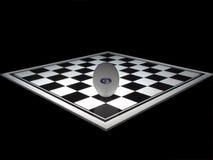 Huevo en el tablero de ajedrez Fotos de archivo