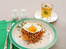 Huevo en habas cocidas al horno Imagenes de archivo