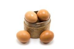 Huevo en mimbre de la cesta en el fondo blanco Fotografía de archivo