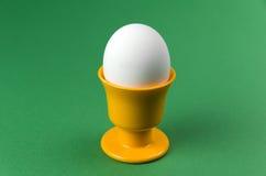Huevo en taza en el fondo verde fotos de archivo libres de regalías