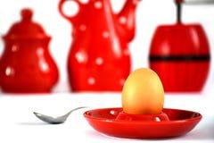 Huevo en tenedor rojo Imágenes de archivo libres de regalías