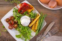 Huevo escalfado con las verduras del maíz, la pimienta asada a la parrilla, la espinaca, el arugula, las habas verdes y la ensala Fotografía de archivo