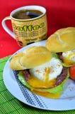Huevo escalfado en el pan tostado Foto de archivo