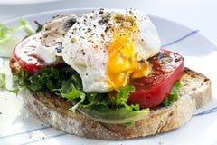 Huevo escalfado en tostada Imagen de archivo libre de regalías