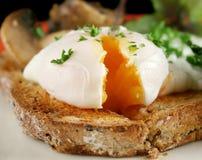 Huevo escalfado rebanado Imagenes de archivo