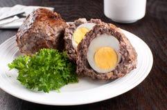 Huevo escocés con la carne de tierra fotos de archivo
