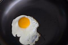 Huevo frito ascendente soleado en cacerola Foto de archivo libre de regalías