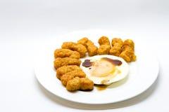 Huevo frito con bocado del pollo Fotografía de archivo libre de regalías