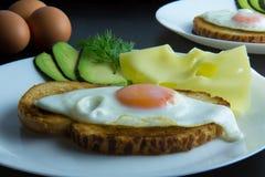 Huevo frito con el cuchillo y la bifurcación Imagen de archivo libre de regalías