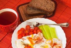 Huevo frito con la taza de té Imágenes de archivo libres de regalías